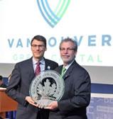 Il sindaco Robertson con il certificato Leed consegnato al Villaggio Olimpico di Vancouver