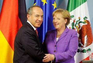 La stretta di mano tra Felipe Calderon e Angela Merkel, Courtesy of AFP
