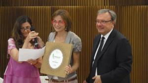 Ilaria Donatio riceve il premio da Paolo Carnemolla