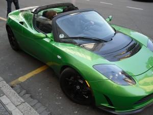 Una delle Tesla Roadster presentate a Milano