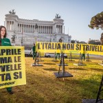 "No Oil Drill Action at Piazza Venezia in RomeIn azione davanti all'Altare della Patria: ""L'Italia non si trivella"""