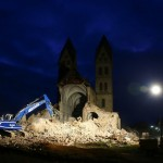La fase notturna della demolizione della Chiesa di San Lamberto a Immerath, Courtesy of Die Zeit, Foto di Wolfgang Rattay/Reuters